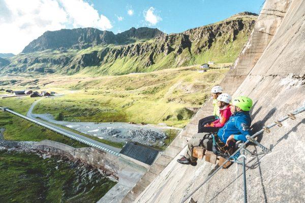 Direkt an der Staumauer die Aussicht auf die umliegende Bergwelt genießen. ⛰ #bergemitwow ...