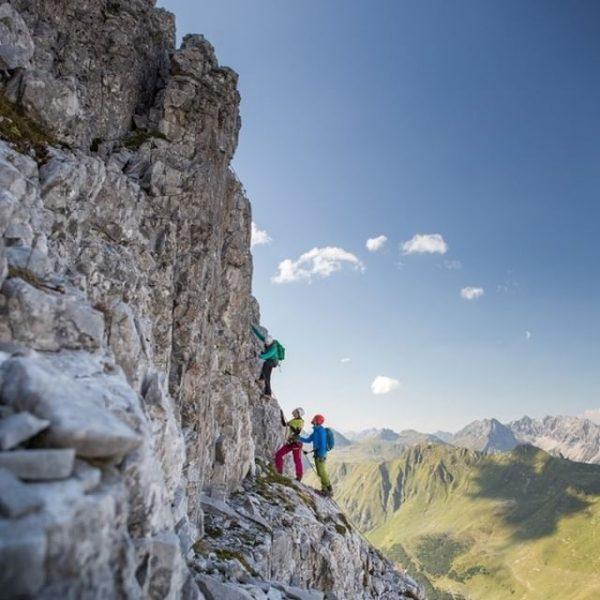 Klettern im Montafon. 🥾 Von unten scheinen die mächtigen Gebirgsketten schier unbezwingbar. Doch ...
