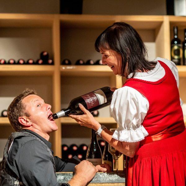 Käse- und Weinverkostung im Weinkeller des Hotel Sonne Lifestyle Resort in Mellau. Während ...
