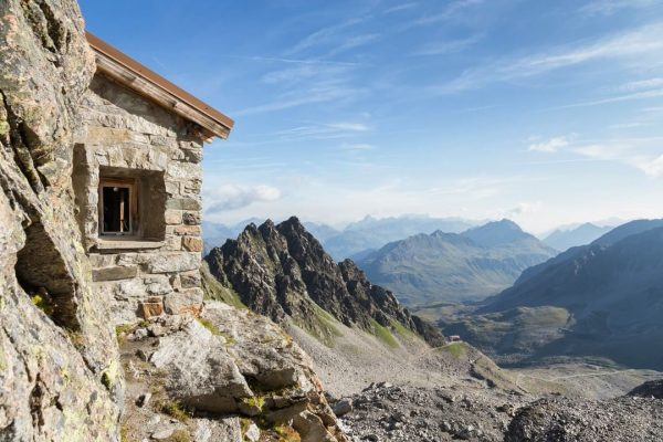 Da muss man schon genau hinsehen, um die steinerne Zollhütte im grauen Fels ...