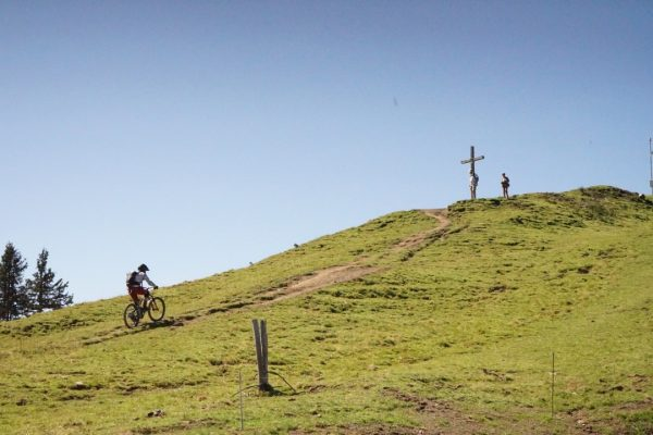 Wanderwege, Trails, Downhillstrecken und eine Aussicht der Sonderklasse erwarten dich bei der Bergstation ...