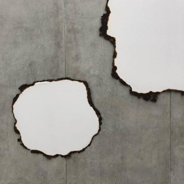 Fischli & Zumthor - Erfrischende Zünslerei auf Betonwand #peterfischli #papierarbeiten #kunsthausbregenz