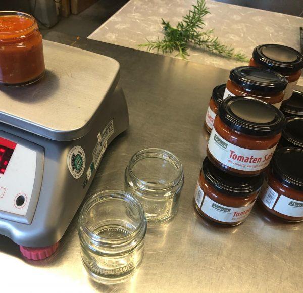 Produktion läuft auf Hochtouren. Von Hand abgefüllt und veredelt. Tomaten-Salsa und Riebel Chips. Kostbarkeiten die in keinem...