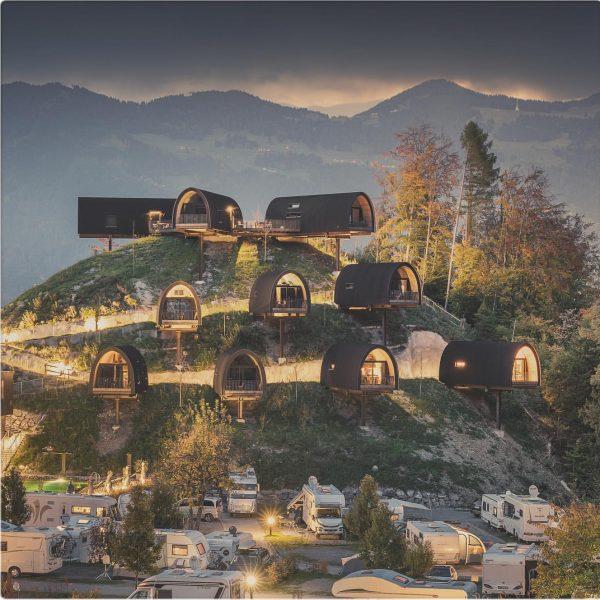 Das Alpencamping in Nenzing (im Netz: alpencamping.at) ist ein Parade-Campground: Mit originellen Häusertypen ...