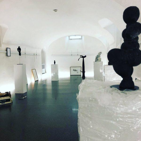 Villa Falkenhorst: Aufbau der Jubiläums-Ausstellung 20I20, die am Sonntag um 17 Uhr eröffnet wird! #workinprogress #kunstliebe #kulturauffalkenhorst...