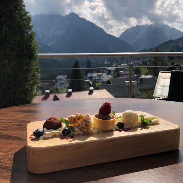 Marc, unser Patissier, hat unsere Gäste mal wieder mit einem vorzüglichen Dessert verzaubert! Das nennen wir Genuss...