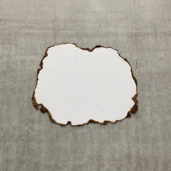 Loch im KUB oder einfach verbranntes Papier? #freiraumkunst #kunstinterpretation #loch #papier #wasistdas #peterfischli #kunsthausbregenz #bregenz #venividivorarlberg Kunsthaus...
