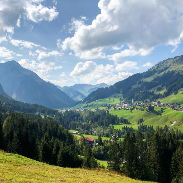 Blick auf Mittelberg #kleinwalsertal #kleinwalsertal❤️ #berge #bergwelt #bergfotografie #mountains #bergliebe #wandern #wanderlust #bergwandern