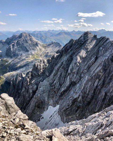 Beim Aufstieg zur Braunarlspitze über den Nordgrat hat man diesen beeindruckenden Ausblick The ...