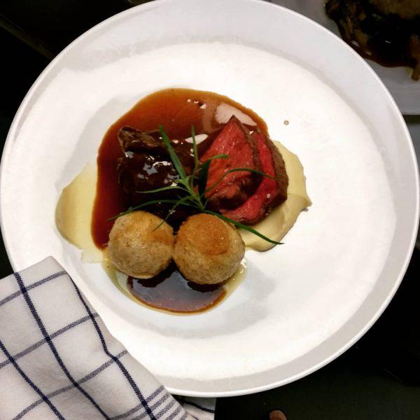 Rosa gebratenes und Bäckle vom Rind Selleriepüree, Riebelgrießknödele #kronehittisau #hittisau #bregenzerwald #gourmetrestaurant #haubenküche ...