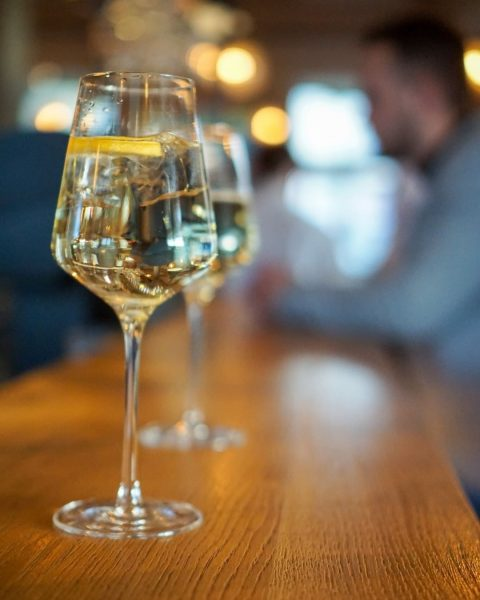 Unser Tipp für kühle Tage 💙 Unser Lounge-Bereich mit angeschlossener Bar. Der ideale ...