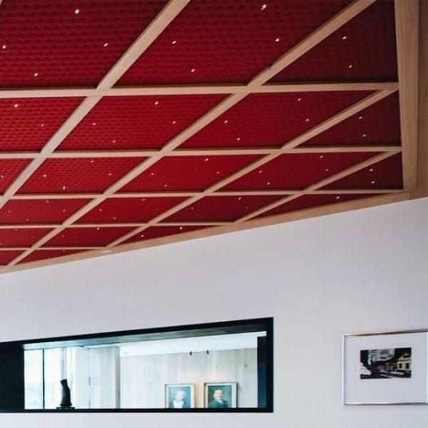 Das Design des Restaurant Babenwohl mit der roten Kassettendecke, den ursprünglichen Fensterbögen und ...