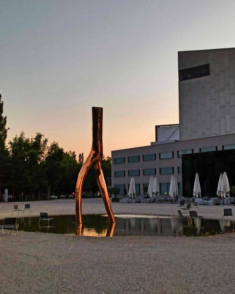 Skulptur »Ready Maid« - Die #Bronzestatue glänzt golden auf dem Vorplatz des Festspiel- ...