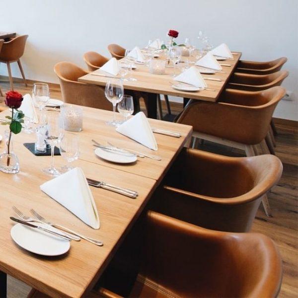 Die Kombination aus heimischen Hölzern und den cognacfarbenen Lederstühlen ergibt im Restaurant Babenwohl ...