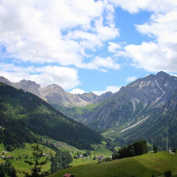 Vom oberen Höhenweg zwischen der Sesselbahn Heuberg und Zaferna hat man eine wunderschöne ...