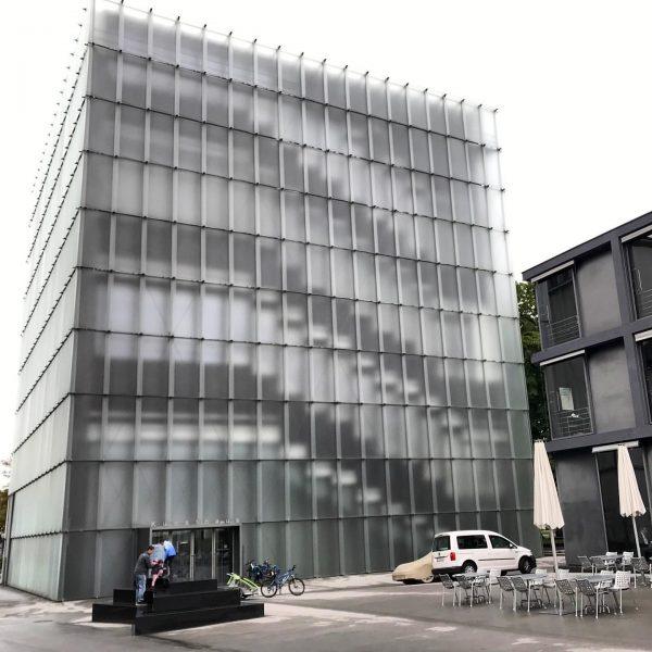 Kunsthaus Bregenz #bregenz #kunsthaus #kunsthausbregenz #seenswürdigkeiten #sightseeing #sightseeinginaustria #architektur #architecture #architecturephotography #architekturfotografie #hausderkunst ...