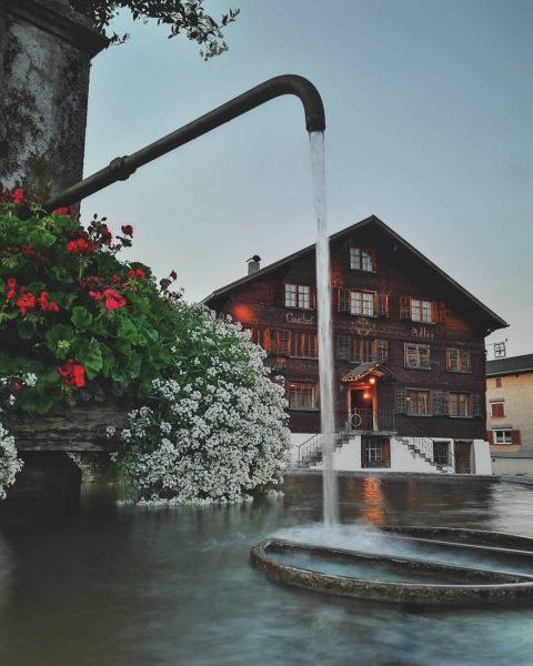 ⛲ . . . #bregenzerwald #schwarzenberg #visitbregenzerwald #vorarlberg #fountain #mountainlifestyle #austrianstyle #blumen #kirche #gasthof #water #town Schwarzenberg...