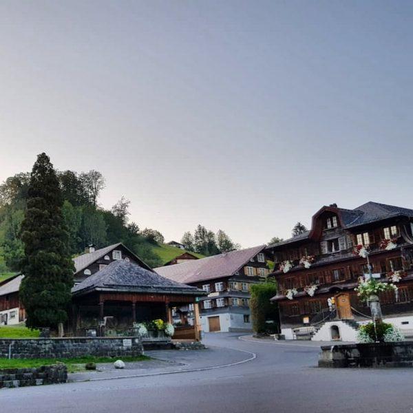 Das Schwarzenberger Dorfzentrum – immer wieder schön!😊 Die Gasthäuser sind nicht nur aufgrund der schönen Bregenzerwälder Architektur...