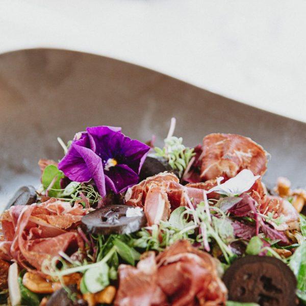 So frisch! Feldsalat mit marinierten Pilzen und Wildschinken.🍄🍂 UNSERE ÖFFNUNGSZEITEN Di – Sa 11:30-14 +17-22 Uhr #lecker...