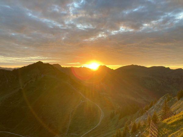 Die letzten Meter kann man der Sonne förmlich beim Untergehen zusehen – und ...
