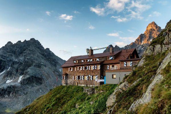 Ob exponiert wie Adlerhorste oder geduckt unter bizarr geformten Kalkwänden. Die Montafoner Schutzhütten ...