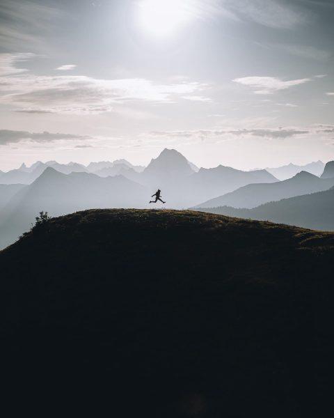 #bergpanorama Dem Sonnenaufgang entgegen springen. 🌄 Vielen Dank für dieses atemberaubende Bild! 📸 ...
