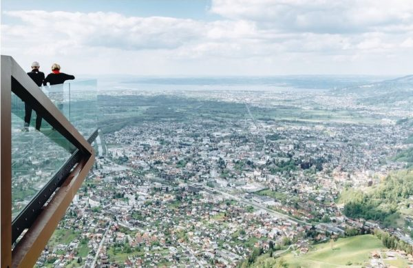 Fast wie fliegen. Schwerelos. Frei. Ungetrübte Weitsicht. Atemberaubend. Die imposante Aussichtsplattform am Dornbirner Hausberg Karren ragt 12...