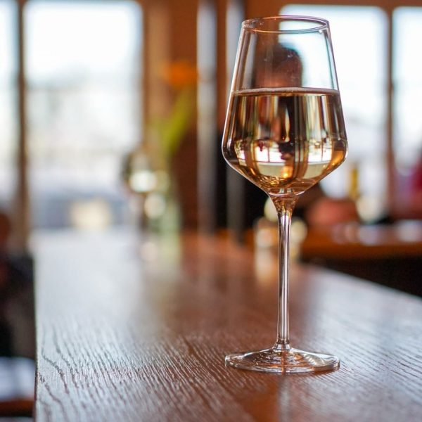 Endlich Wochenende: Zeit für ein gutes Glas Wein mit Blick auf den wundervollen ...