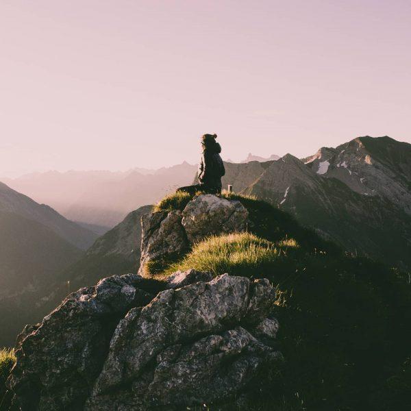 Wenn die ersten Sonnenstrahlen auf die Berge treffen... 📸 @nicole_steurer #wandern #hiking #sonnenaufgang ...