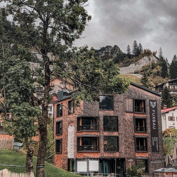 . . FUXBAU / 🏚 . Unsere wunderschönen Apartments bleiben durchgehend buchbar. . Die Arlberg Lodges bleiben...