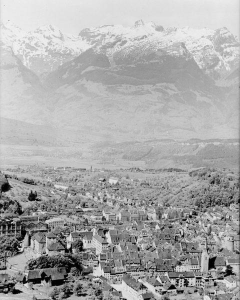Throwback Thursday, mit einer Aufnahme von Feldkirch gegen die Balfrieser Berge. 🏞 _ ...