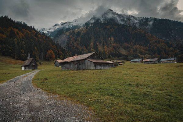 ᴏᴄᴛᴏʙᴇʀ'ꜱ ᴘᴏᴘʟᴀʀꜱ ᴀʀᴇ ꜰʟᴀᴍɪɴɢ ᴛᴏʀᴄʜᴇꜱ ʟɪɢʜᴛɪɴɢ ᴛʜᴇ ᴡᴀʏ ᴛᴏ ᴡɪɴᴛᴇʀ... #landschaftsfotografie #landscapemood #landscapephotography #landscapephotographer #landschaftsfoto #naturelover💚 #naturephotography...