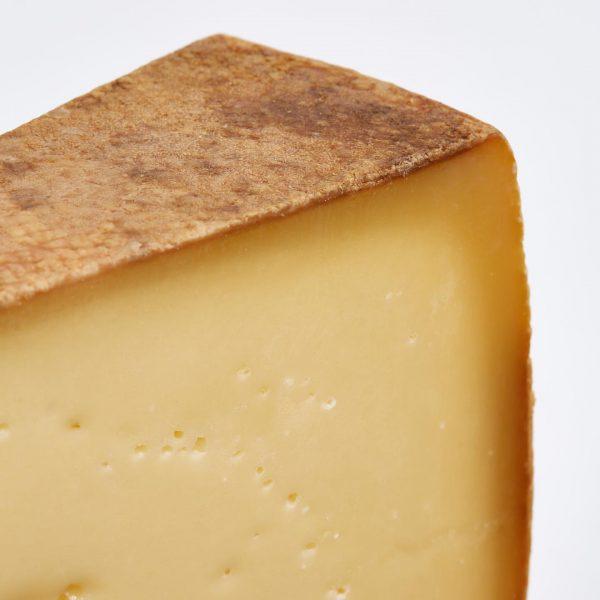 每年夏季的六至八月之間,我們的 #奧地利 #Bregenzerwald 芝士都會在那位於海拔1500米的阿爾卑斯山農場裡生産。 Alpine Cheese 26 公斤芝士輪會用上至少8個月時間熟成,相同重量的 High Alphine Cheese 芝士輪更用上至少12個月,而 6公斤的 ...