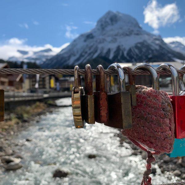 Einige Brautpaare haben sich schon mit einem Schloss an der Brücke in Lech an Arlberg verewigt. Vielleicht...
