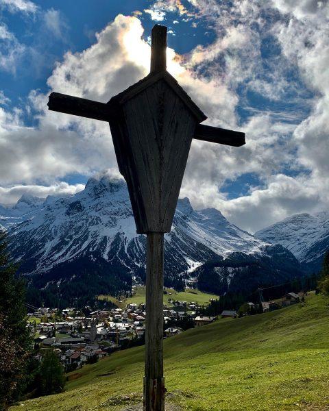 Die Aussicht nach Lech am Arlberg läd zum Verweilen ein. #unserarlberg #arlberg #lech #lechzuers #aussicht #natur #urlaubamarlberg...