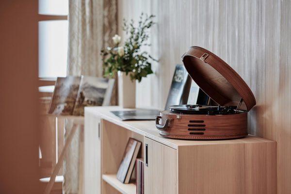Gerade werden noch weitere Zimmer mit Plattenspielern augestattet und unsere Plattensammlung erweitert. Lasst euch überraschen 😊🎶 Lech,...