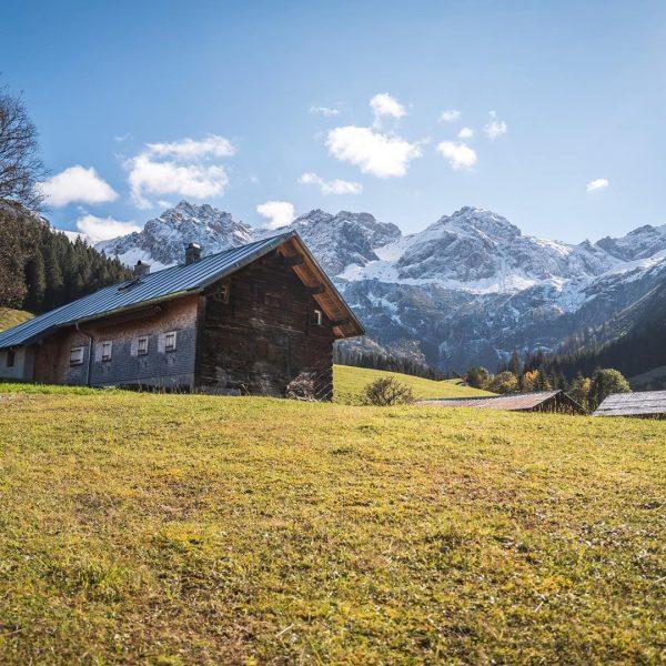 Unterwegs im wunderschönen Wildental im @kleinwalsertal mit Blick auf die Schafalpenköpfe. #kleinwalsertal #reisen ...