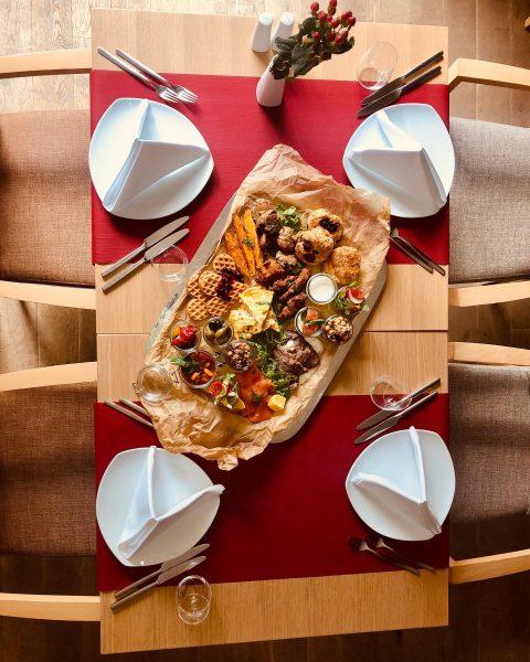 Foodlovers aufgepasst!😍 Kennt ihr schon den einzigartigen Sonntagsbrunch im @seehotel.am.kaiserstrand ?🤤 Mit einem ...