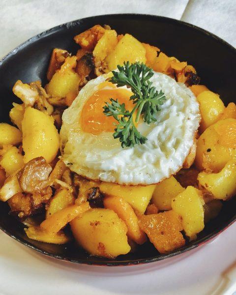 Das Pilz-Kartoffel-Kräutergröstl mit Kürbisgemüse aus unserer aktuellen Herbstempfehlung! 🤤 _ _ #schattenburg #feldkirch ...