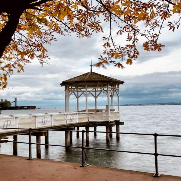 Herbstlicher Fischersteg 🍁🍁🍁 . . . . #fotogemacht #bodensee #bregenz #vorarlberg #österreich #fischersteg #fischerstegbregenz #wennichdenseesehbrauchichkeinmeermehr #lieblingsplatz #soschön...