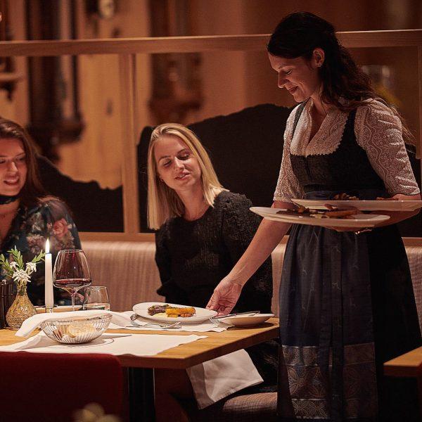 """""""Das Hotel Austria Team stellt sich vor"""": unser Maria aus der Steiermark … behält in unserem Restaurant..."""