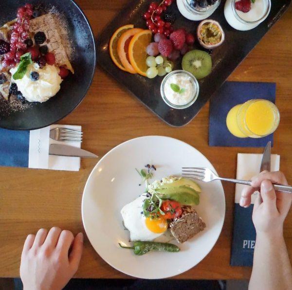 Wie wäre es mit einem liebevoll zusammengestellten Frühstück, Blick auf den herbstlichen See ...
