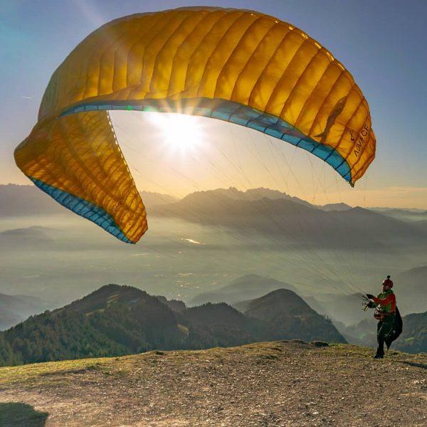 Sundowner... #paraglidinglife #intothelight #fallvibes #fall #takeoff #hikeandfly #wandern #fliegen #advance #advancegliders #berge #nofilterneeded ...
