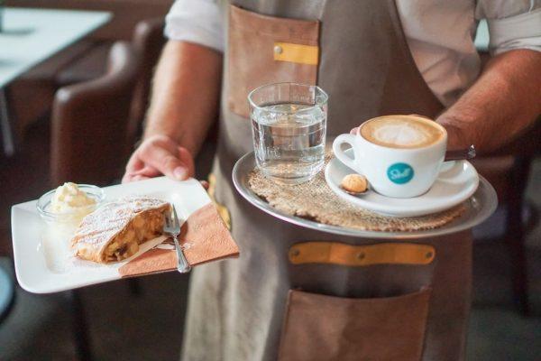 Kein Kuchen ist auch keine Lösung 🤎🍰 Hol dir einen Energiekick mit Kaffee ...