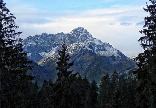 Schneebepuderte Bergspitzen im Herbst im Kleinwalsertal. #kleinwalsertal #riezlern #berge #mountains #vorarlberg #vorarlbergwandern #visitvorarlberg #austria #österreich #wandern #wandernmachtglücklich...