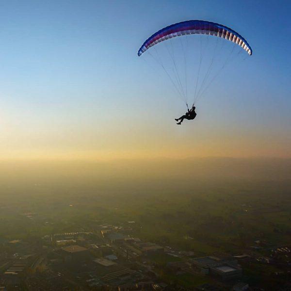 Hanging around.... #fallvibes #goldenhour #paraglide #paraglidinglove #vorarlberg #hangingaround #upintheair #dornbirn #flyaway #socialdistancing #nurfliegenistschöner ...