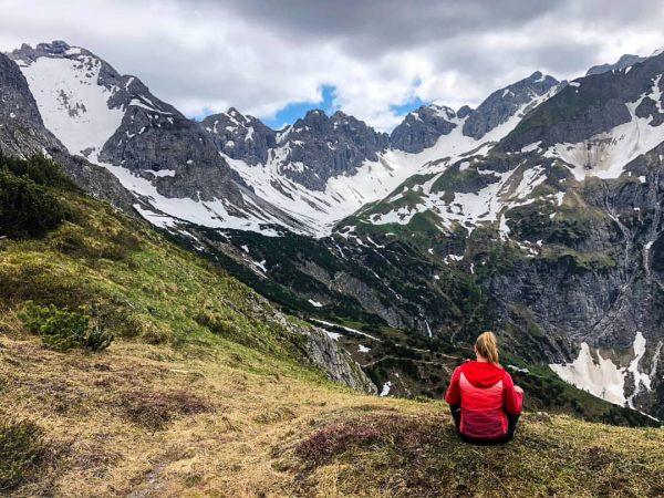 my feeling of freedom🕊🗻 . . . #hellomountains #bergpanorama #freiheit #wandern #bergsteigen #wandermädchen ...