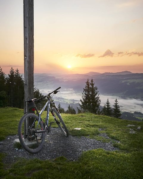 🚵🏾‍♂️☀️ . . . #mountainbikeing #sunrisebikeride #hirschberg #bregenzerwald #bregenzerwaldgebirge #fog #vorarlberg #bregenz #cube #mountainbike #gipfelstürmer #morningview #morningwellspent...