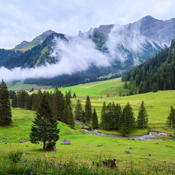 Nenzinger Himmel latem, dolina Gamperdonatal. Przepiękna, klimatyczna wioska z wieloma zabytkowymi chatami i ...