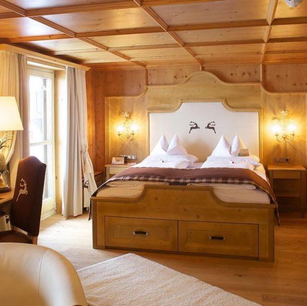 Großzügiges Luxus Doppelzimmer mit offenem Kamin 🔥, viel hellem Holz und natürlichen Materialien ...